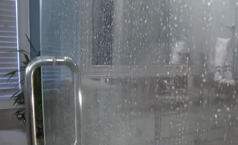 heb jij glazen deuren of wanden in je badkamer met deze. Black Bedroom Furniture Sets. Home Design Ideas